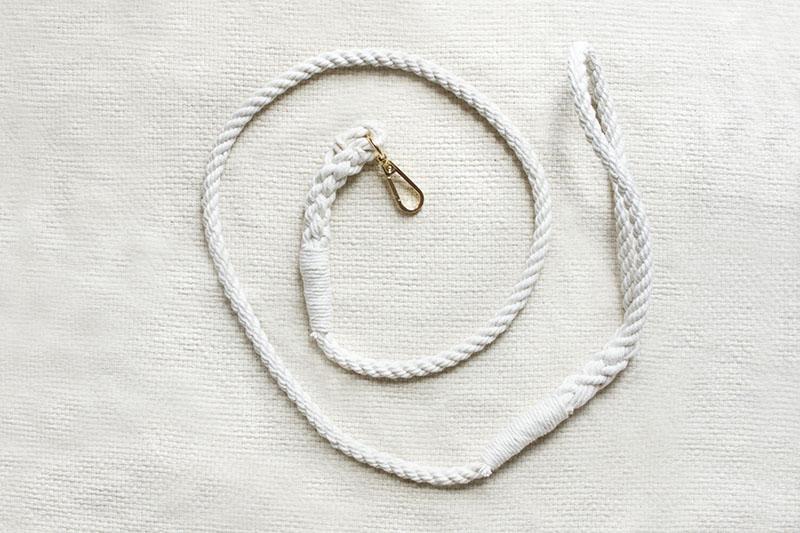 biała smycz ze sznura