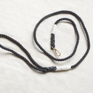 czarna smycz ze sznura