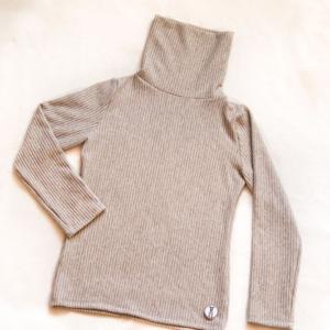 szary sweter zimowy wiskozow